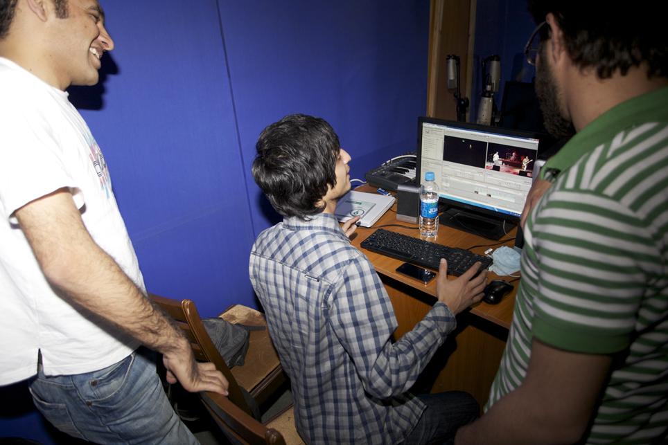 Kabul Dreams hadde leid inn tre kameramenn til den siste konserten i Kabul. Redigeringen av konsertvideoene gjør de selv. Foto: Anders Sømme Hammer